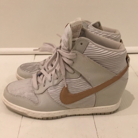 b31bd6082d7 Nike Dunk Sky High wedge tennis shoe. M 5b52451d42aa76ef62f39168
